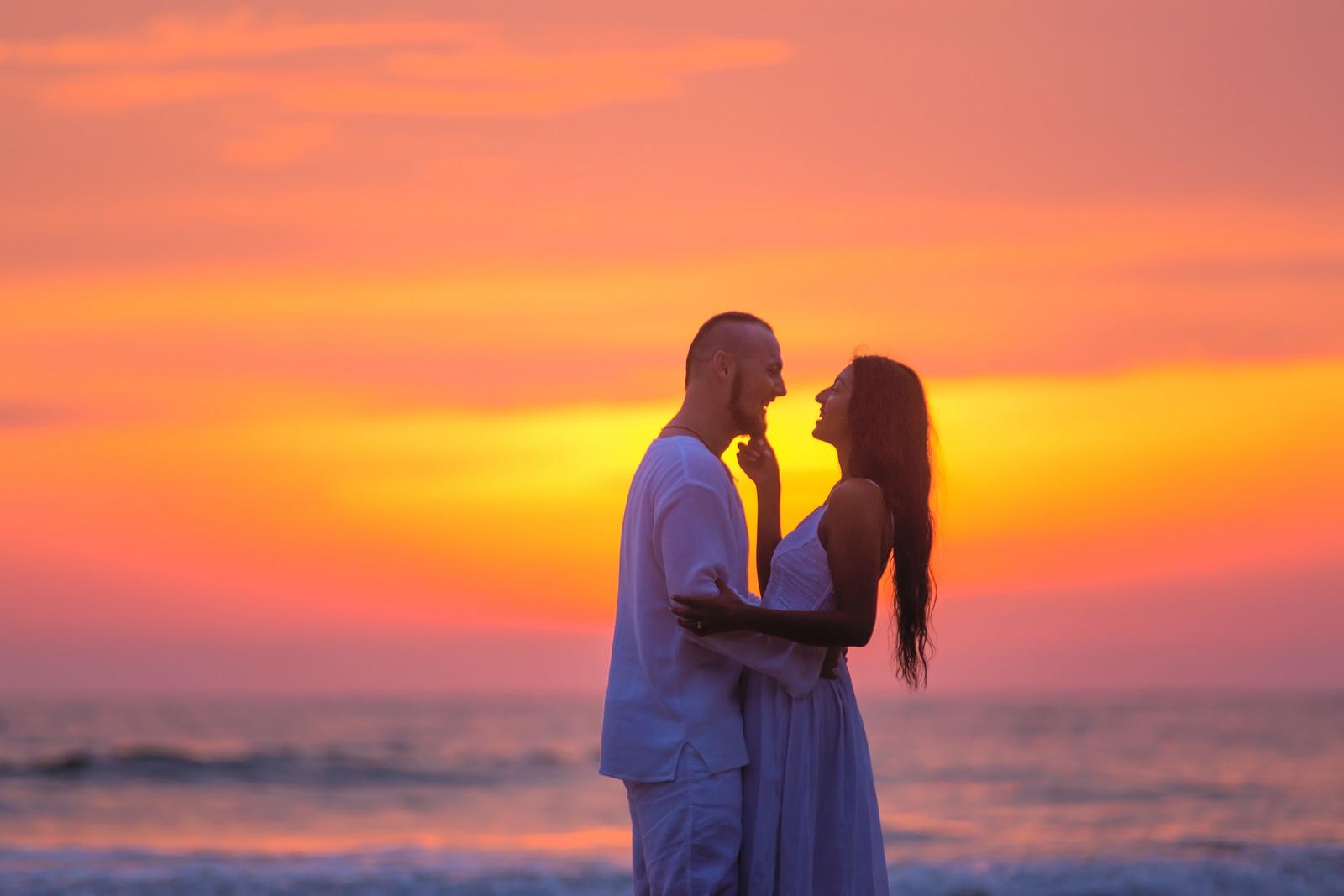 american-marriage-proposal-at-naiyang-beach